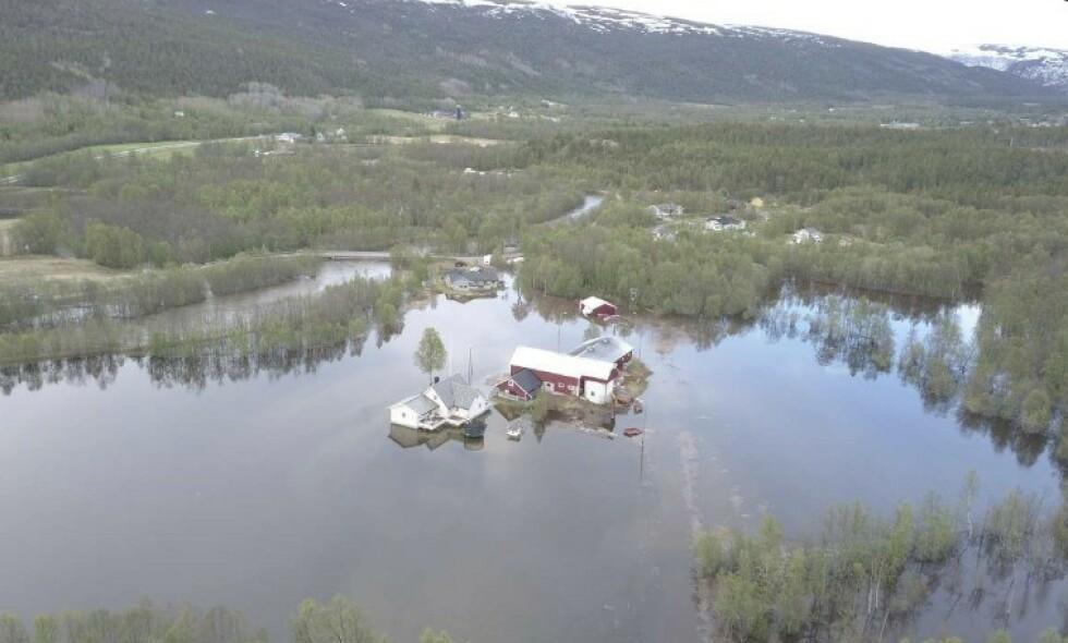 STORFLOM: Slik ser gården til Ørjan Bakken og familien i Alta ut etter storflommen. Foto: Privat