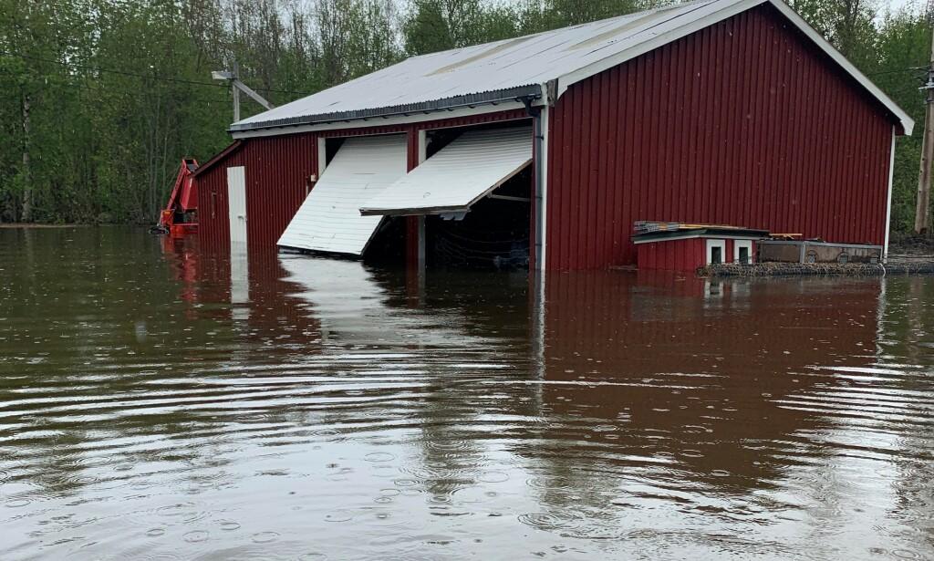 OVERSVØMT: En halv meter vann har oversvømt garasjen til Ørjan Bakken. Foto: Privat