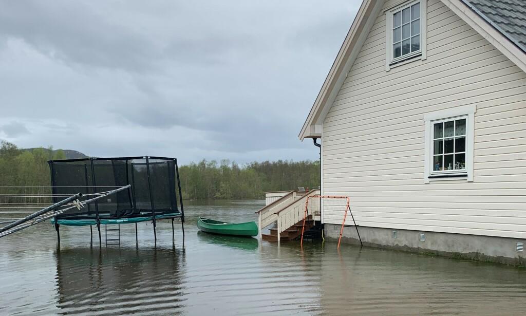 PADLER: Familien bruker blant annet en kano for å komme seg de store vannmassene utenfor huset. Foto: Privat