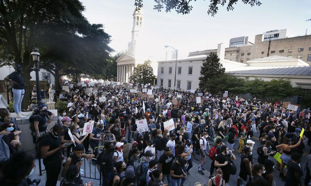 image: Mistenker høyreekstreme angrep mot demonstranter