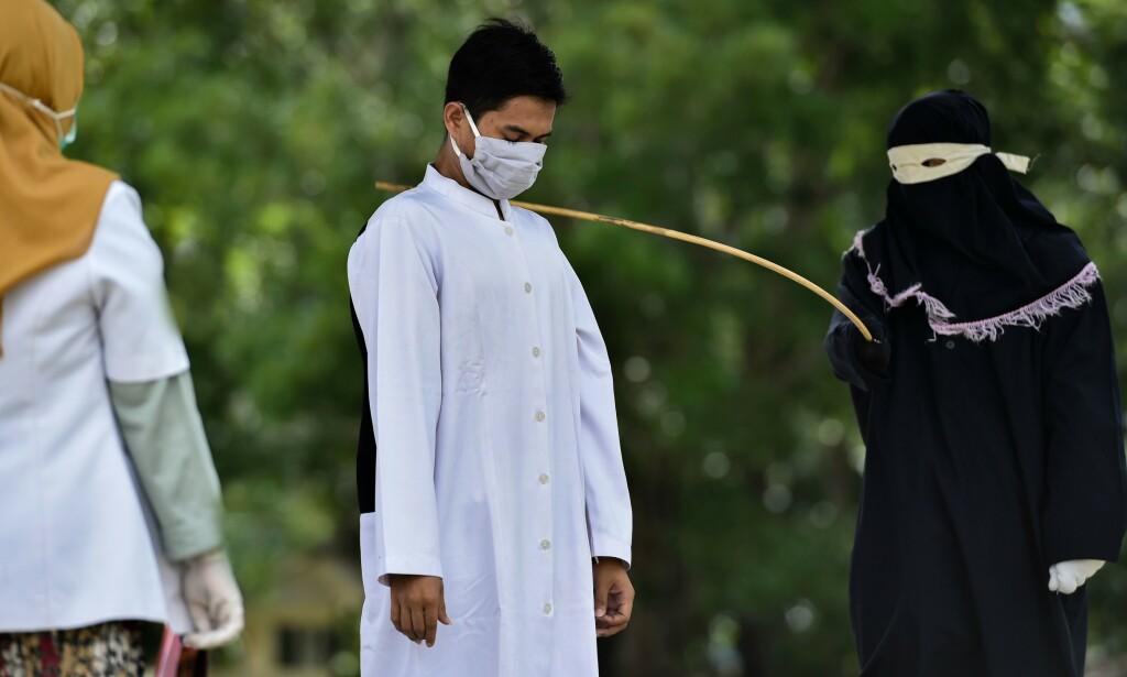 ACEH: Mann blir straffet med 100 piskeslag etter å ha blitt tatt for å ha sex før ekteskapet. Foto: AFP
