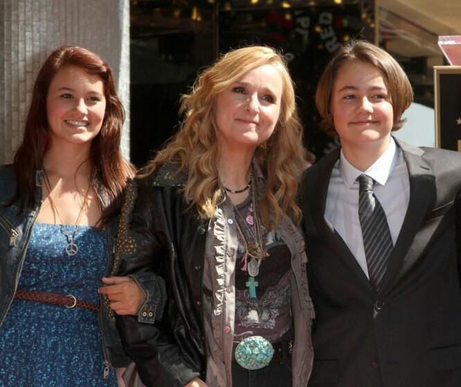 DATTER OG SØNN: Melissa Etheridge (i midten) med datteren Bailey og sønnen Beckett i 2011 da artisten fikk stjerne på Hollywood Walk of Fame. Foto: NTB Scanpix