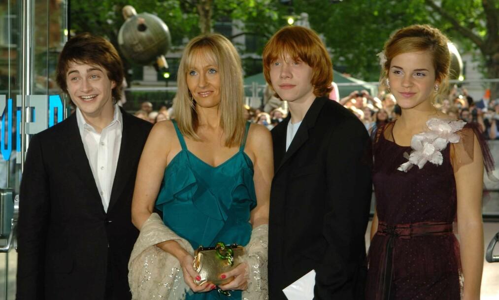 <strong>LEI SEG:</strong> Skuespiller og «Harry Potter»-stjernen Daniel Radcliffe (til venstre) har nå skrevet et blogginnlegg om den britiske forfatteren J.K Rowlings (i blå kjole) utsagn om kjønnsidentitet. Her er Radcliffe og Rowling sammen «Harry Potter»-stjernene Rupert Grint og Emma Watson på rød løper i 2004. Foto: NTB Scanpix