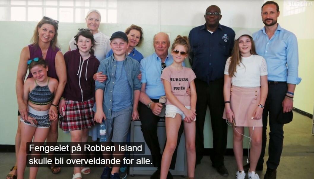 KUNNSKAP: Kongeparet ønsket at barn og barnebarn med egne øyne skulle lære mer om apartheid-historien til Sør-Afrika, og tok dem med på tur i 2017. FOTO: NRK