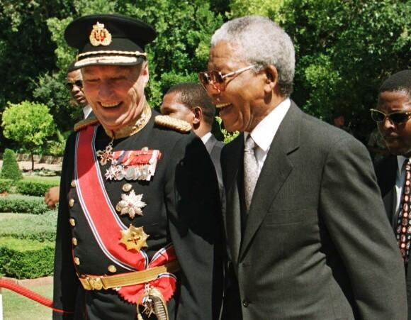 PÅ BESØK: Kong Harald og president Nelson Mandela i lystig passiar om severdighetene i Cape Town. Dette er fra et besøk i 1998.FOTO: Lise Åserud / NTB scanpix