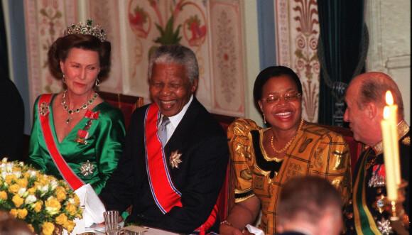 GALLAMIDDAG: I 1999 hadde kongeparet president Nelson Mandela og hans kone fru Graca Machel til bords under en gallamiddag, i forbindelse med statsbesøket fra Sør-Afrika. Det er tydelig å se at de fire var gode og nære venner. FOTO: Erik Johansen / NTB scanpix