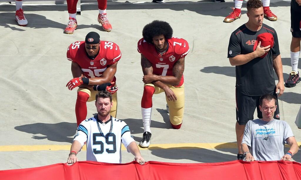 KNELET: Colin Kaepernick sammen med den tidligere lagkameraten i San Francisco 49ers, Eric Reid. Foto: NTB Scanpix