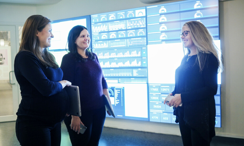 Seniorutvikler Lotte Johansen i Finn.no, til høyre, forteller at mange av kollegene hennes på hjemmekontor savner å møte de andre utviklerne i selskapet. Det er de ikke alene om. 📸: Caroline Roka / Finn.no