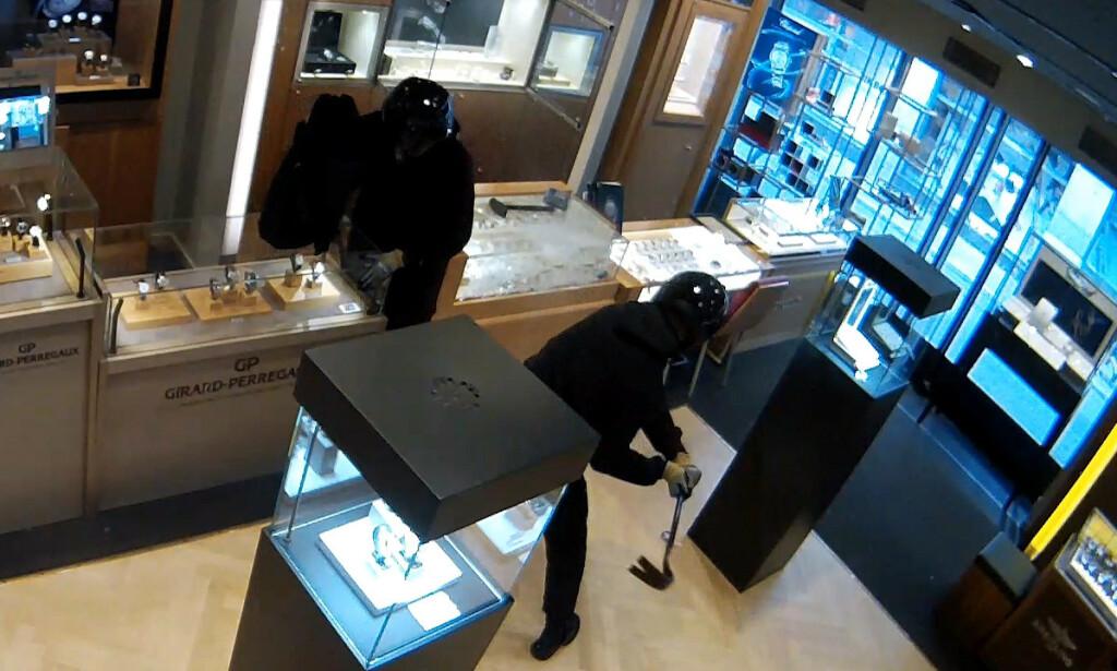 VOLDSOMT: Ranerne gikk hardt til verks på glassmonterne i butikken. Foto: Politiet.
