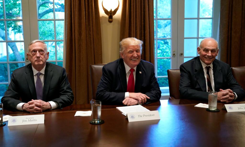 DET HVITE HUS: President Donald Trump under en brifing med militære ledere. Til venstre sitter Jim Mattis og til høyre sitter John Kelly. Bildet er tatt i oktober 2017. Foto: Reuters