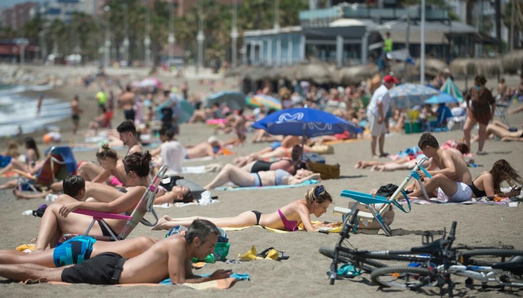 <strong>PÅ STRANDEN:</strong> I Malaga har lokalbefolkningen allerede tatt stranden tilbake etter en periode med strenge coronarestriksjoner. Fra 1. juli kan spanjolene få besøk av utenlandske turister på stranda. Foto: JORGE GUERRERO / AFP / NTB scanpix
