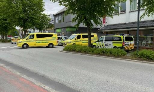 POLITI: Både politi og ambulanse er på stedet. Foto: Ida Tiberg / Sandnesposten