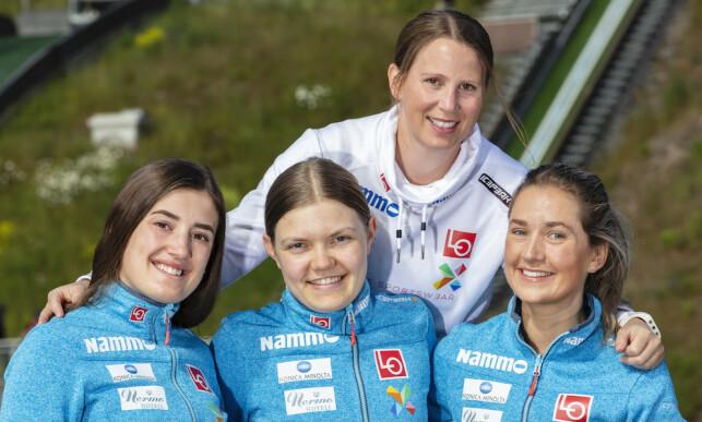 «PROSJEKT 2022 »: Line Jahr med «Prosjekt 2022 »-hopperne Eva Elise Johansen Amble (t.v.), Karoline Bjerke Skatvedt og Karoline Andrea Røstad. Foto: Norges Skiforbund