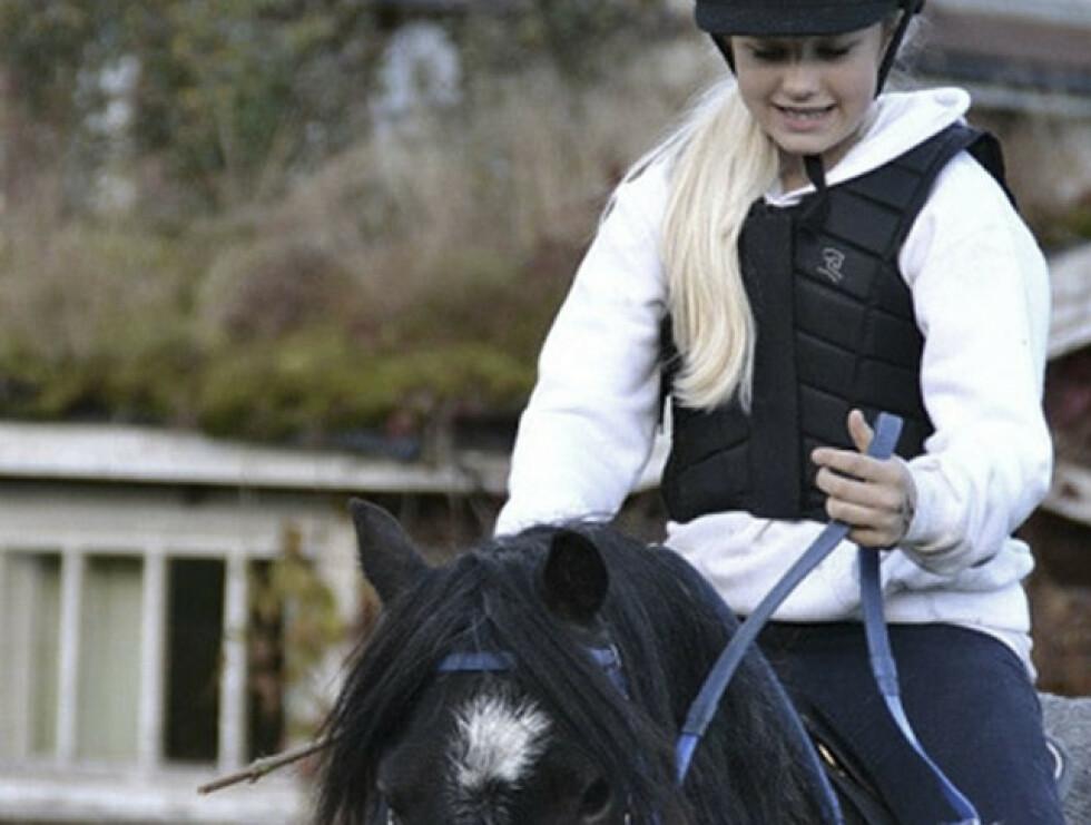 ELSKET DYR: Hanne bodde i landlige omgivelser, og da hun var 12 spleiset foreldrene på ponnien «Star» til henne. Foto: Privat