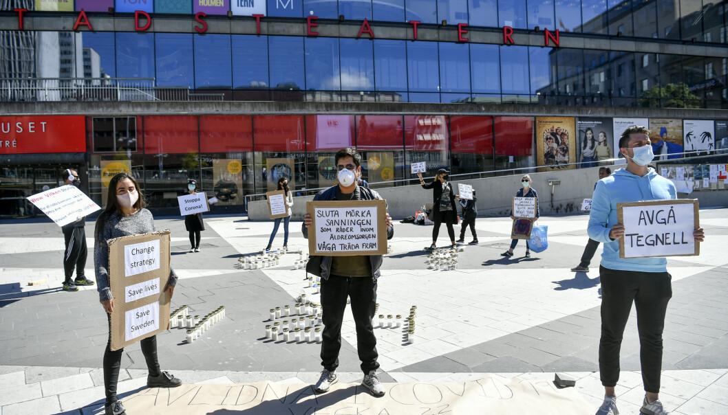 <strong>PROTESTERER:</strong> Save Sweden cov19 viser sin misnøye med hvordan Sverige håndtert koronakrisen, her en demonstrasjon på Sergels torg i Stockholm lørdag 30. mai. Foto: Henrik Montgomery / TT / NTB scanpix