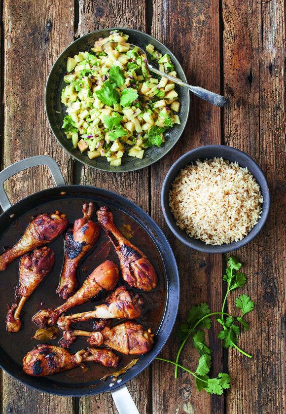 Adobo er en klassisk filippinsk kyllingrett hvor kjøttet marineres i eddik, soyasaus og sukker. Tips! La gjerne kyllinglårene marinere natten over, så kjøttet blir mer mørt og smakfullt. FOTO: Winnie Methmann