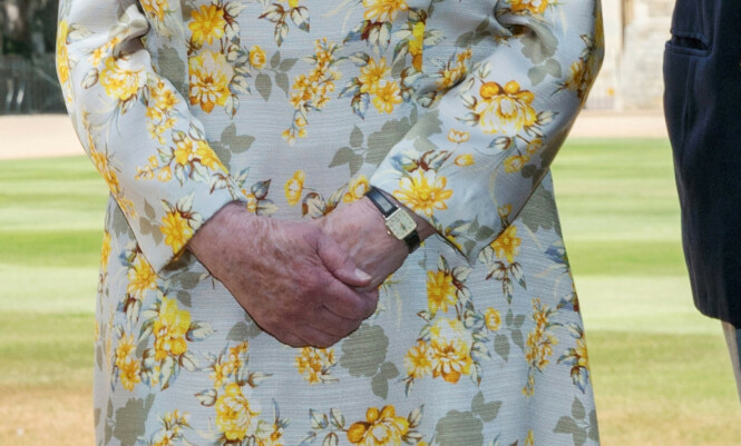 REDIGERT?: I sosiale medier mener flere at dronningens hender er redigert. Foto: NTB Scanpix / Steve Parsons/PA Wire/Pool