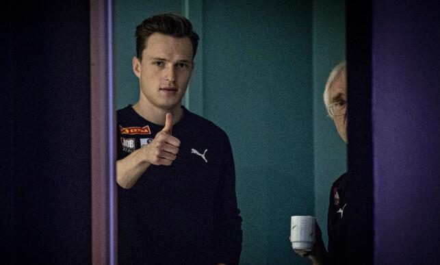 REKORDFORSØK: Karsten Warholm skal prøve seg på verdensrekord. Til høyre trener Leif Olav Alnes. Foto: Bjørn Langsem