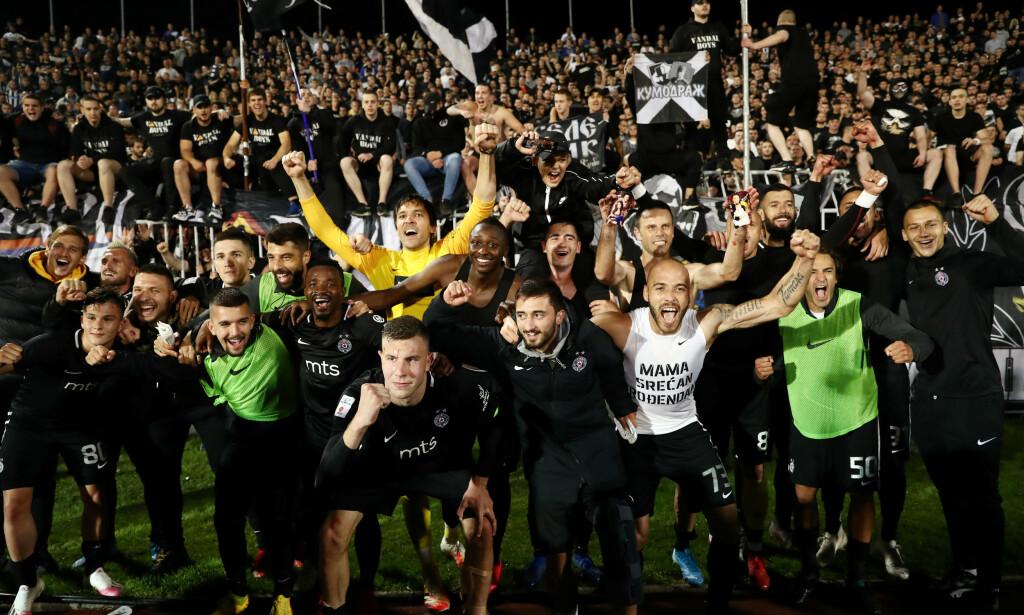 JUBEL: Verken spillere eller tilskuere hadde corona i tankene. Her feires det i Partizan-leiren. Foto: NTB scanpix
