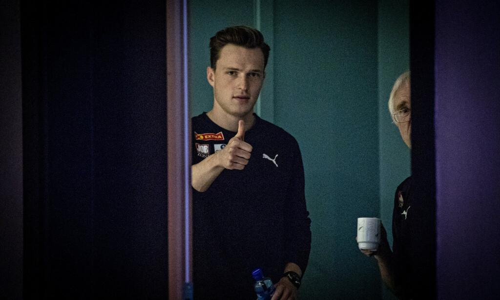 TOMMELEN OPP: Karsten Warholm sikter høyt på Bislett stadion i kveld. Trener Leif Olav Alnes til høyre. Foto: Bjørn Langsem