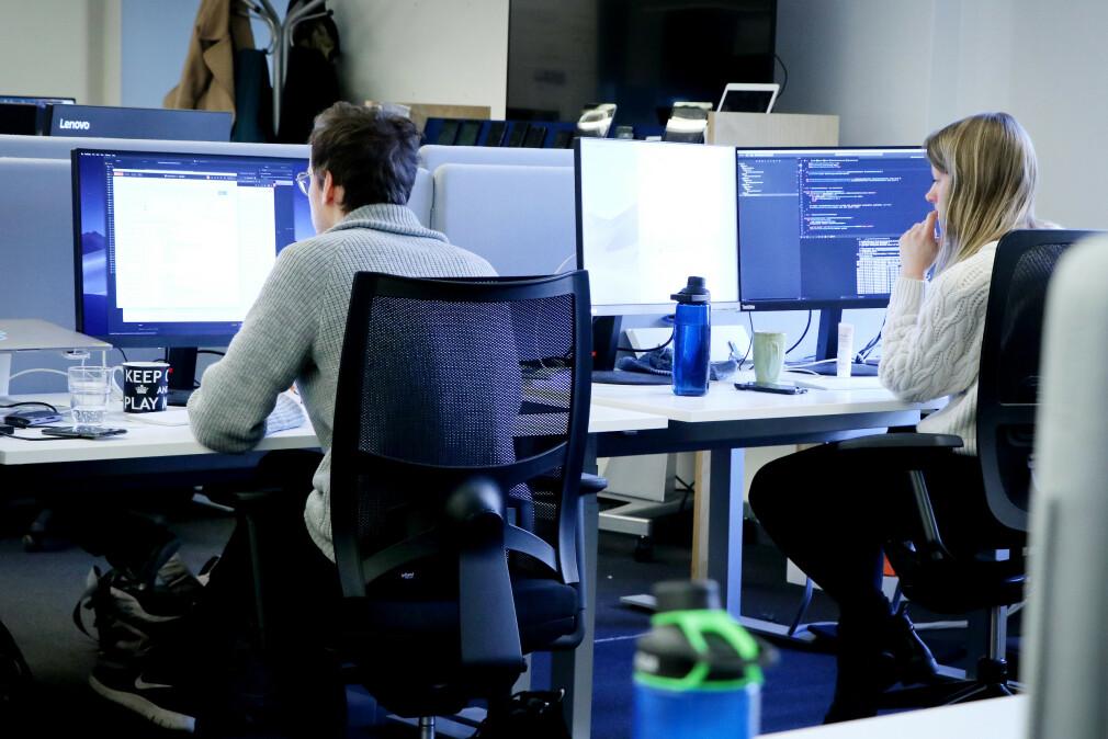 Utviklere på jobb hos Finn.no, før koronapandemien sendte dem rett på hjemmekontor. Nå ser mange for seg større frihet for å ta seg hjemmekontor også etter at pandemien er under kontroll. 📸: Ole Petter Baugerød Stokke