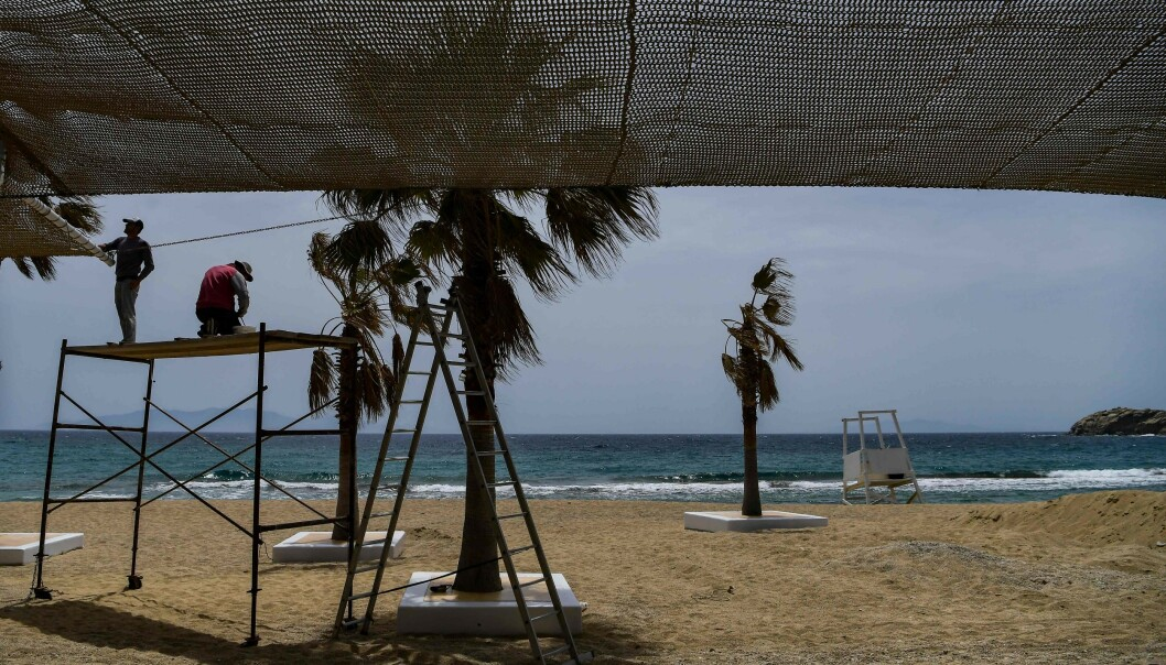 REGELBRUDD: En strandbar på øya Mykonos ble nylig stengt etter brudd på smittereglene. Foto: Aris Messinis / AFP / NTB Scanpix