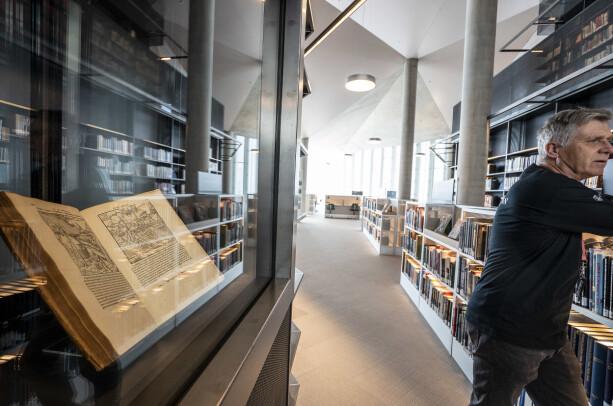 Et av Deichmans eldste bøker, «De re metallica» fra 1561. Den handler om gruvedrift og metaller. Dagbladet blir fortalt at det skrives om en kvinne som ble enke sju ganger på grunn av gruveulykker. Foto: Hans Arne Vedlog / Dagbladet