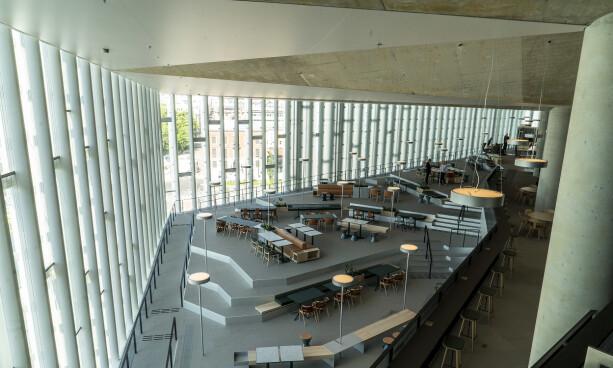 OVERBYGG: Det er 18 meter fra søylene til spissen av den såkalte utkragingen som binder sammen 5. og 6. etasje. Foto: Hans Arne Vedlog / Dagbladet