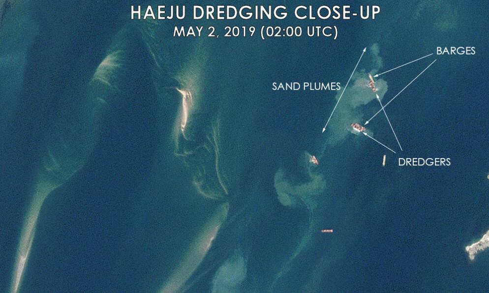 BEVIS: Dette bildet viser at mudderpramene tar opp sand fra havbunnen i Haeju-bukta. Like ved ligger lasteskipene og venter på å bli fylt opp med sand. Foto: C4ADS
