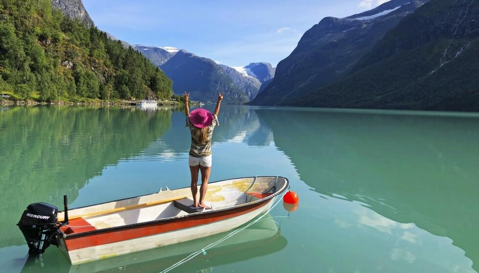 UFORGLEMMELIG: Lovatnet sprenger den grønne fargeskalaen og kan lett kalles Norges vakreste vann. Og lær deg riktig uttale på stedet først som sist – Loen uttales med lang o. Loooen. FOTO: Ronny Frimann