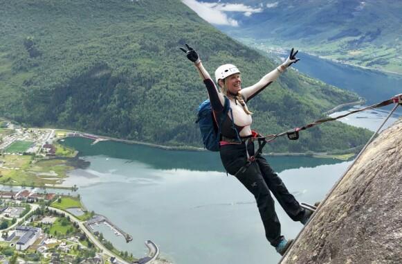 PÅ HØYDEN: Via Ferrata Loen starter nede ved Hotel Alexandra ved havnivå og går helt opp til toppen av fjellet Hovden på 1011 moh. FOTO: Ronny Frimann