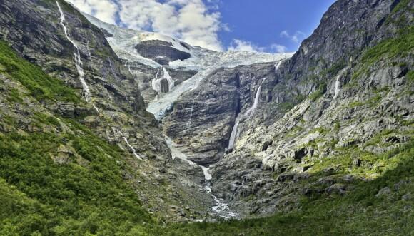 ISBRE: Området rundt Loen byr på spektakulær natur, som her ved Kjenndalsbreen. FOTO: NTBscanpix
