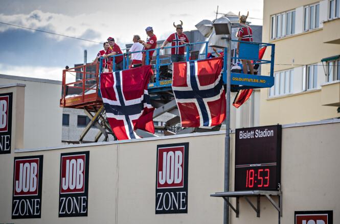 NORSKE FARGER: Kompisgjengen har med seg store norske flagg. Foto: Bjørn Langsem