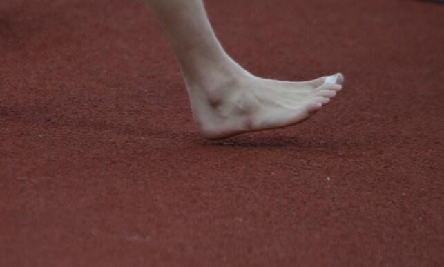 SKADET: Karsten Warholm var tydelig merket etter rekordløpet. Foto: Bjørn Langsem