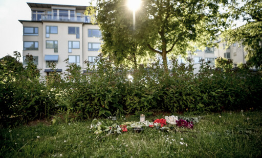 BLOMSTER: Onsdag var det lagt ned blomster på åstedet fra 2004. Foto: Alex Ljungdahl / Expressen