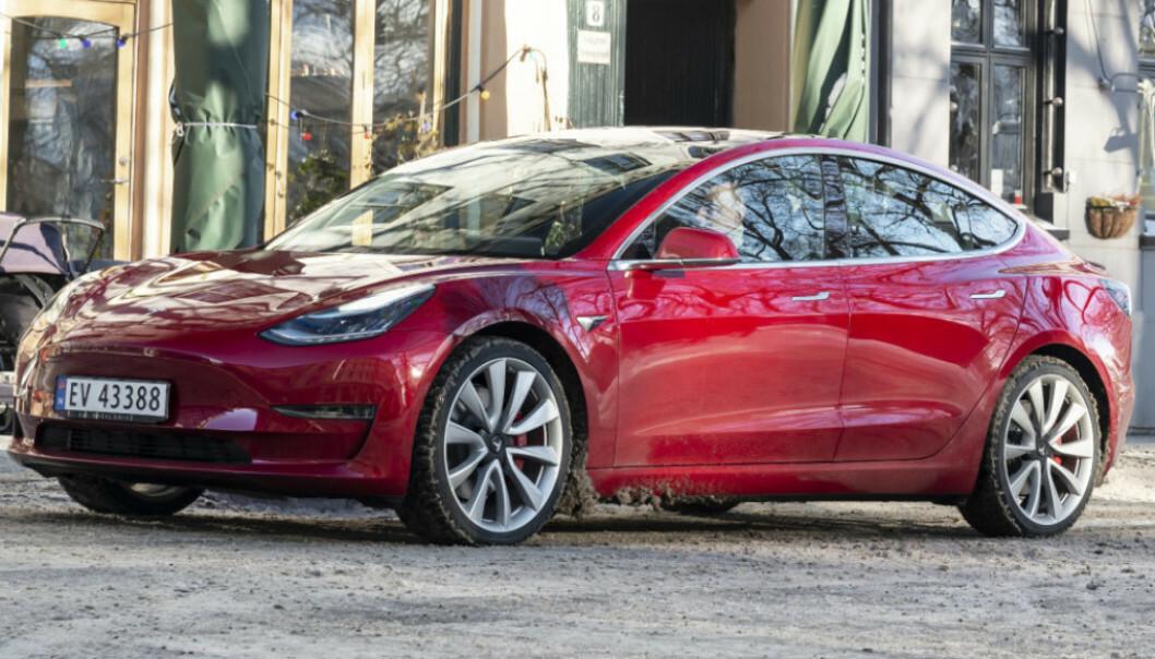 Flere kunder er misfornøyde med de skadene de får under og nederst på Tesla Model 3. Legg merke til saltet som har satt seg i bakkant av forhjulet. Skader dette lakken? Foto: Jamieson Pothecary