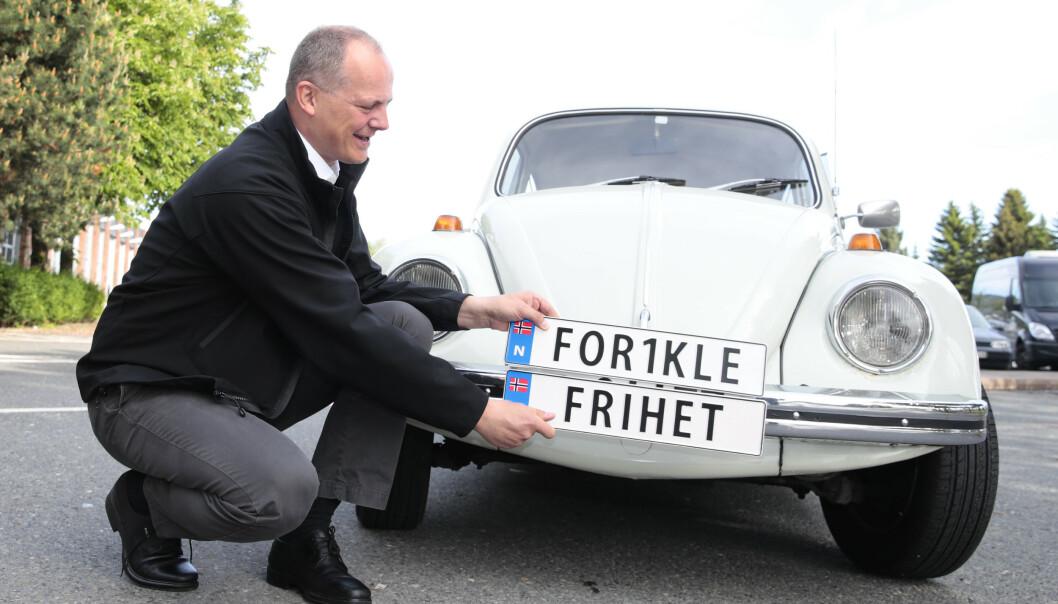 Daværende samferdselsminister Ketil Solvik-Olsen (Frp) fikk mye av æren for innføringen av skiltene, som egentlig var et forslag fra KrF. Skiltet må bestå av mellom to og sju tegn inkludert mellomrom. Foto: Håkon Mosvold Larsen / NTB scanpix.