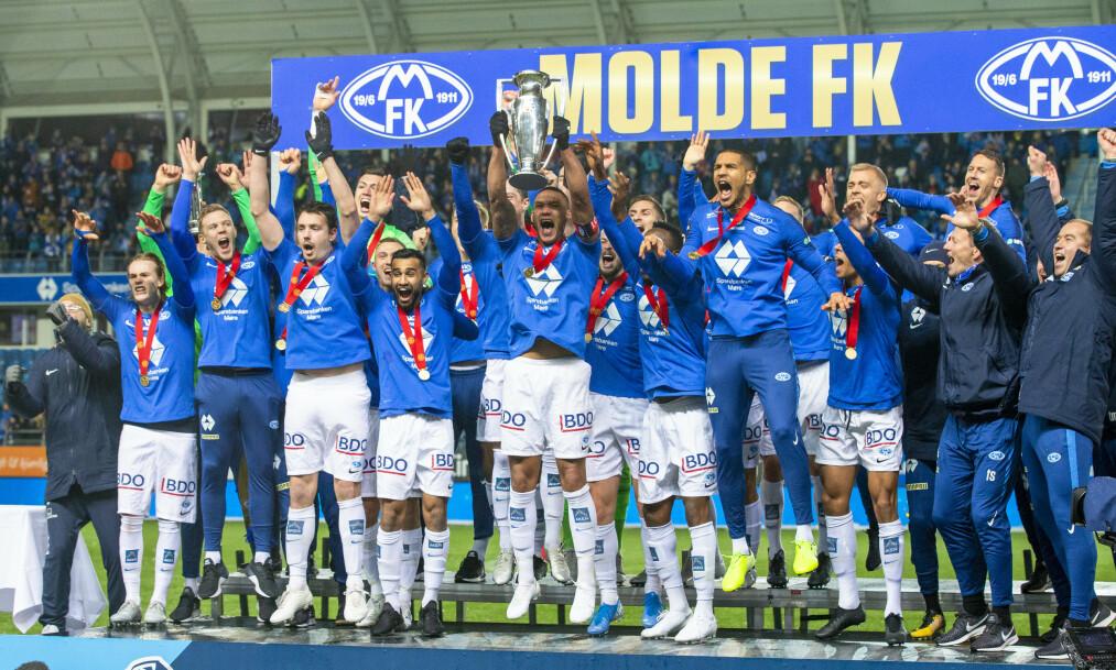 JUBEL: Ruben Gabrielsen hever pokalen da Molde vant fjor. Gabrielsen er borte nå, og hvor ender Molde på tabelle? Her finner du svar. Foto: Svein Ove Ekornesvåg / NTB scanpix