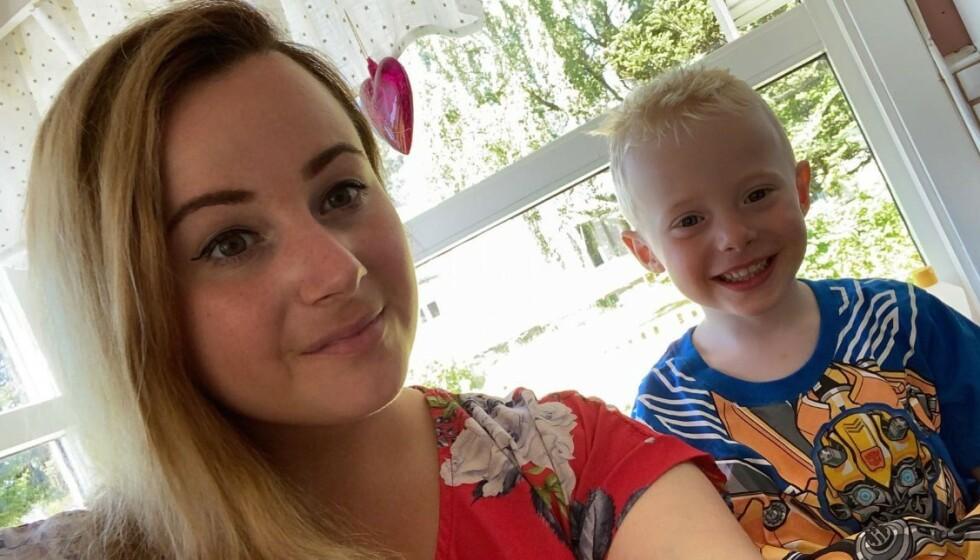 FIKK FEBER OG KRAFTIG DIARÉ: Dagen etter besøket hos bestemor ble Marcus veldig syk. Her sammen med mamma Celia. FOTO: Privat