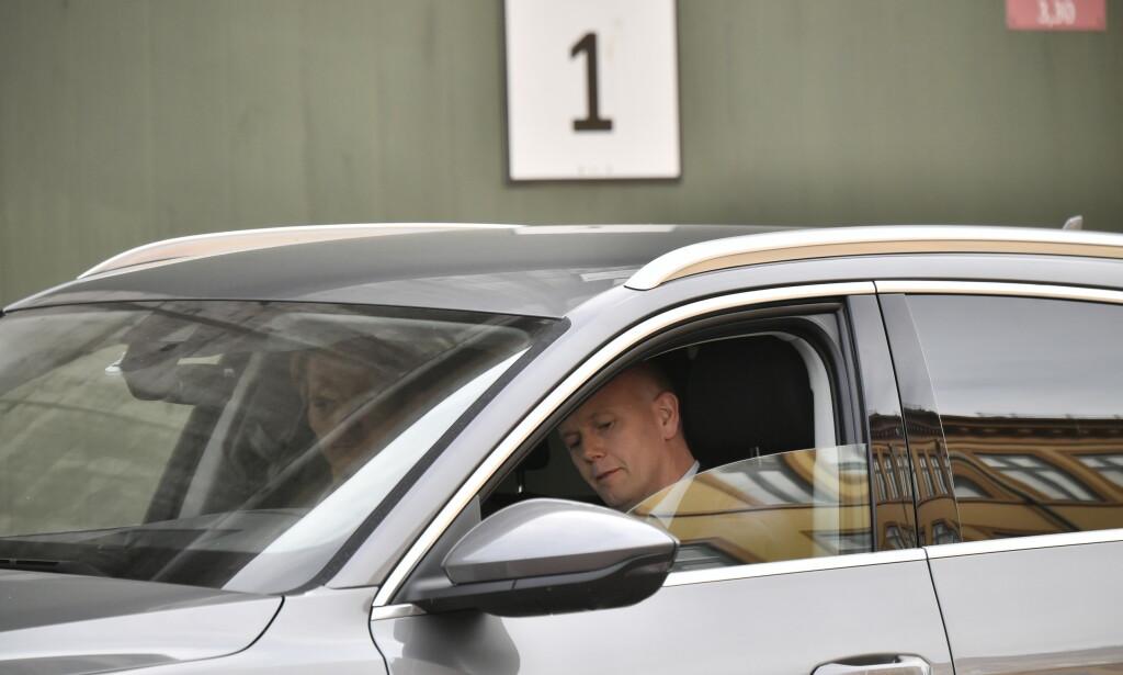 SATT HER: Tom Hagen ble tatt i mot av sine forsvarere, Svein Holden og Mikkel Toft Gimse, da han ble løslatt fra varetekt. Foto: Lars Eivind Bones / Dagbladet