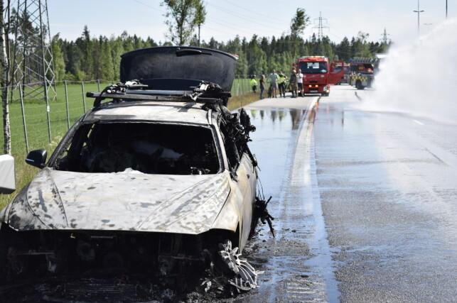 ULYDER: Bilfører har fortalt politiet at han hørte ulyder fra bilen og at varsellamper blinket før bilen begynte å brenne. Foto: Martin Benedikt Sjue