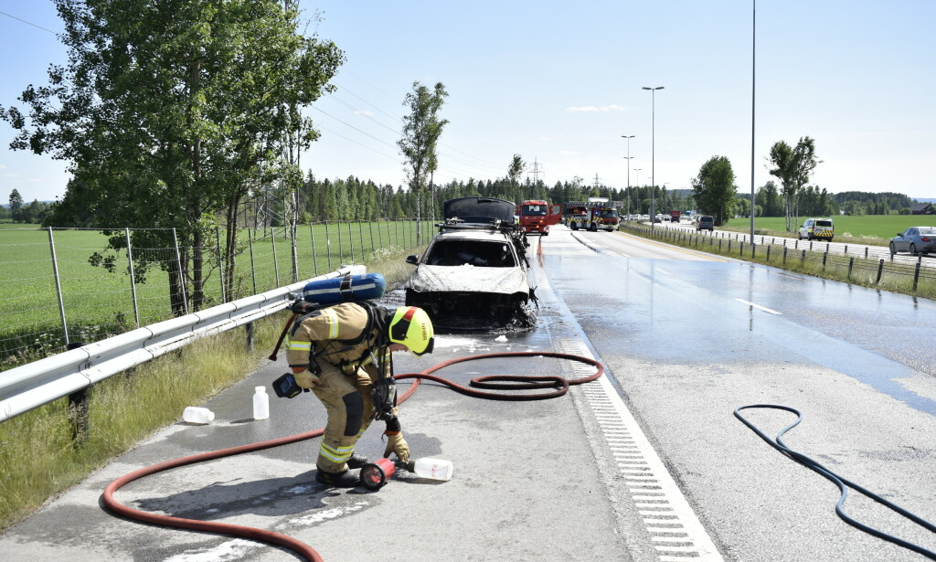 KØ: Nordgående kjørefelt er stengt i forbindelse med bilbrannen. Sørgående kjørefelt er åpent, men politiet melder om kø. Foto: Martin Benedikt Sjue