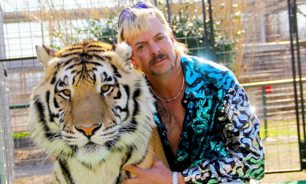 <strong>GIFT FEM GANGER:</strong> Joe Exotics kjærlighetsliv er en sentral del av «Tiger King», men dokumentaren utelater hans første ekteskap. Foto: Netflix
