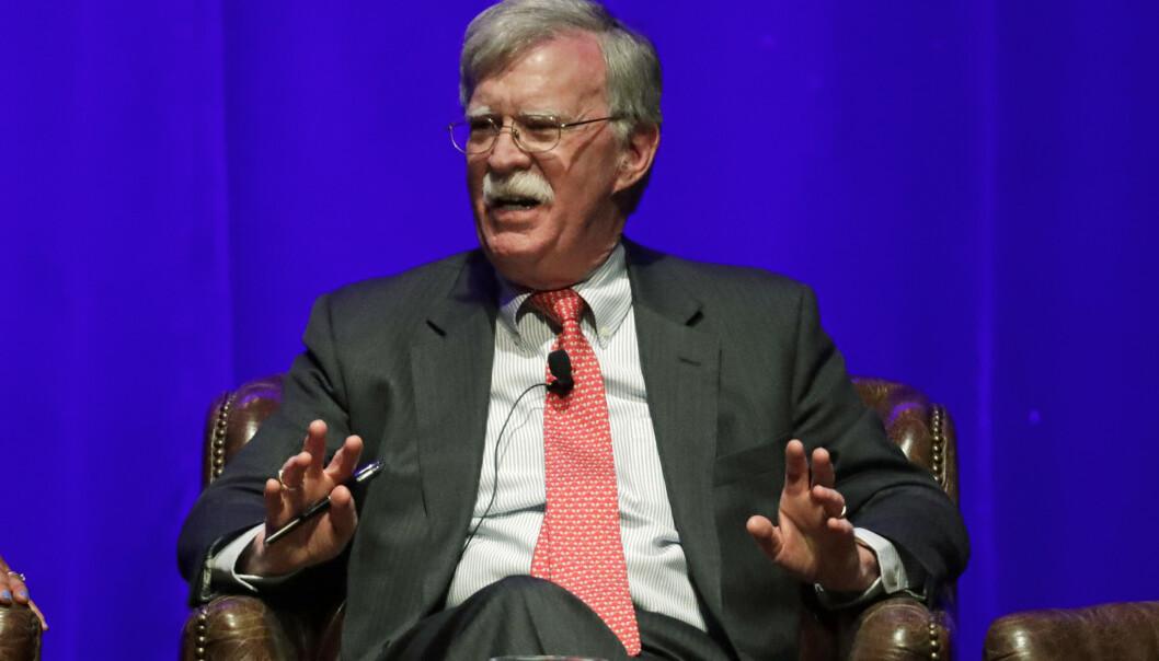 Tidligere nasjonal sikkerhetsrådgiver, John Bolton, sier han vil dokumentere overtramp av president Donald Trump som kunne ført til riksrett. Foto: Mark Humphrey / AP / NTB scanpix