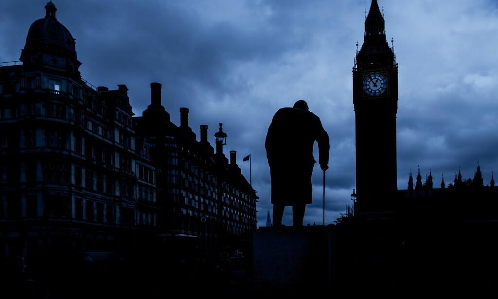 PÅ SOKKEL: Winston Churchill (1875-1965) står vanligvis åpent og synlig på sokkel utenfor Palace of Westminster i London. Foto: Lars Eivind Bones / Dagbladet