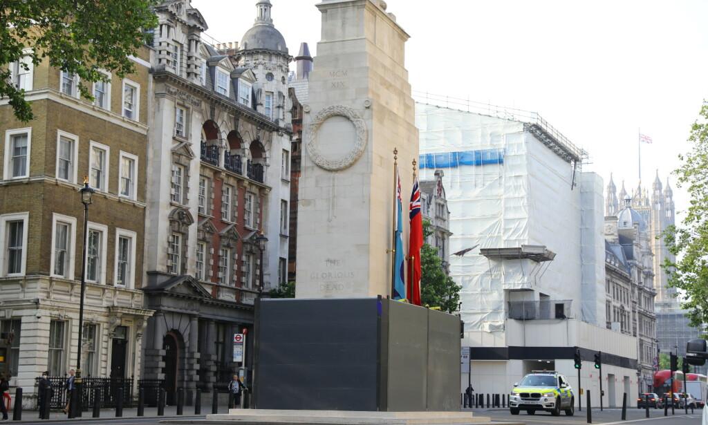 MINNESMERKE: Cenotafen er et krigsminnesmerke i London. Her kan man se at det har blitt satt opp beskyttelse for minnesmerket på grunn av demonstrasjoners om er ventet. Foto: PA / NTB Scanpix