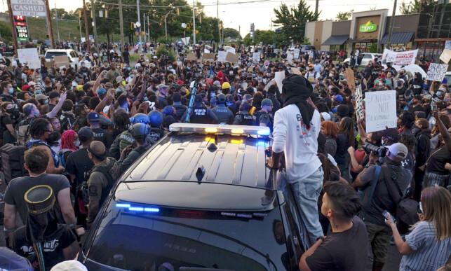 ATLANTA: Demonstranter på utsiden av en Wendy's-restaurant lørdag kveld lokal tid i Atlanta. Foto: Atlanta Journal-Constitution via AP