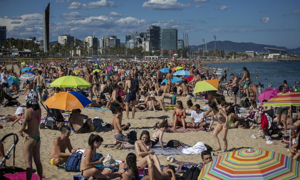 PÅ STRANDA: Fra Barcelona i helga. Foto: Emilio Morenatti / AP / NTB Scanpix
