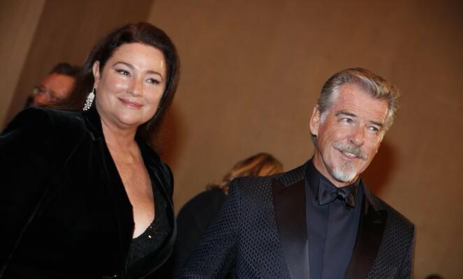 <strong>2001:</strong> Pierce Brosnan og Keely Shaye Smith har vært gift i nesten 20 år. Nå sitter de isolert på Hawaii. Her er de avbildet under årets Golden Globe-utdeling. Foto: NTB Scanpix