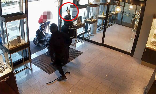 SKYTER I TAKET: De to ranerne stengte ansatte og kunder inne på bakrommet, og skjøt i taket da de flyktet med byttet. Foto: Politiet
